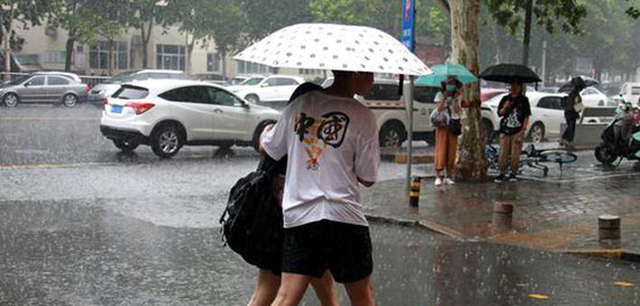 郑州:你在大雨中奔波的样子 好帅!