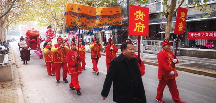 郑州街头现传统婚礼 用大花轿迎娶新娘