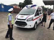 载着危重病人的山东救护车在高速上没油了 河南高速交警紧急援助