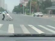 绿灯马上结束老人还在蹒跚过马路 郑州交警飞奔过去