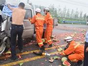 车祸中河南交警脱衣为伤员遮雨 市民怒赞