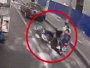 七旬老人摔倒后被电动车压住 郑州公交车长一个动作暖了整条街
