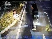 男子衣衫单薄坐在马路中间 郑州公交车长的举动暖人