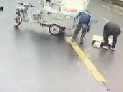郑州一残疾人雪中送货车坏路上 过路车长乘客下车帮忙