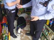 郑州男子酒后举刀伤人 被见义勇为群众抄起灭火器砸晕