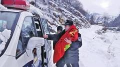 大雪封山孕妇难产 灵宝民警紧急救援