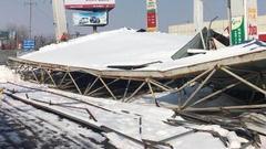2018第一场雪真不小 周口一加油站和一家超市被压塌