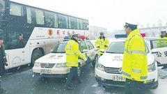 载有42名学生大客车滞留济源 豫晋两省交警接力护送