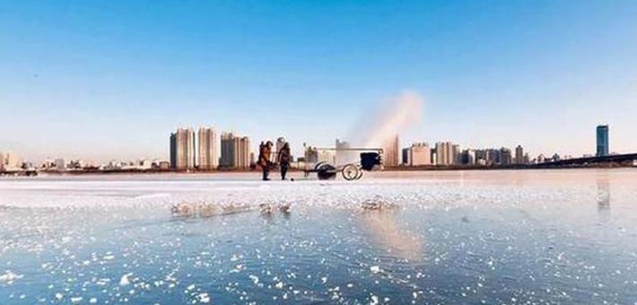 松花江上开始采冰