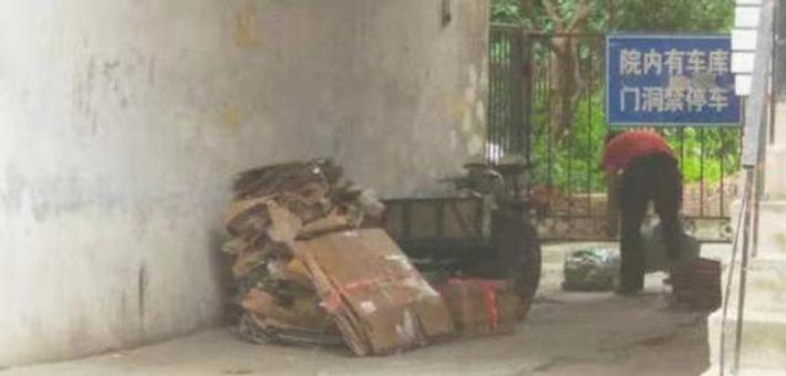 哈市红霞街多个点位垃圾堆成山