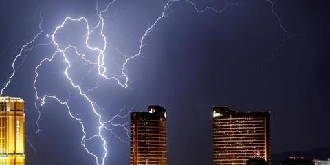 """一场雷雨席卷美国赌城夜空被""""撕破"""""""