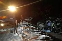 双鸭山同一弯道俩车先后掉雪沟 这么操作防侧滑