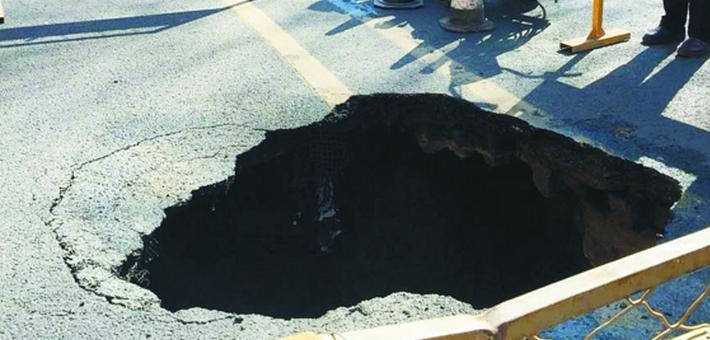 哈市哈三中门前地面塌陷一米深大坑