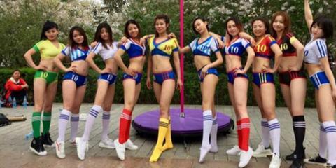 """哈尔滨江边最性感""""广场舞"""" 姑娘们空中秀美腿"""