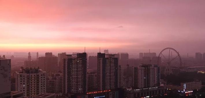 哈尔滨的雨下着下着突然就红了