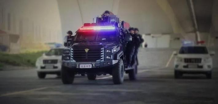 """揭秘冰城警方新型装备""""剑齿虎"""""""