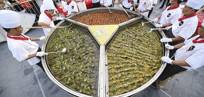 长沙烹饪巨锅稻花鱼 供众人分食