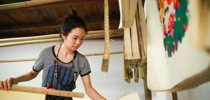 95后女大学生回乡传承滩头木版年画