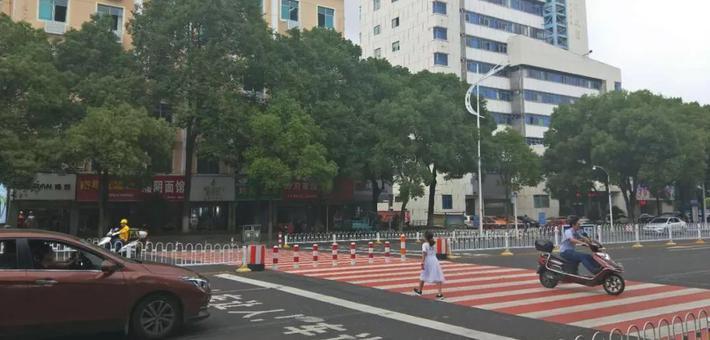 """岳阳城区首次出现彩色斑马线,真是""""亮瞎眼"""""""
