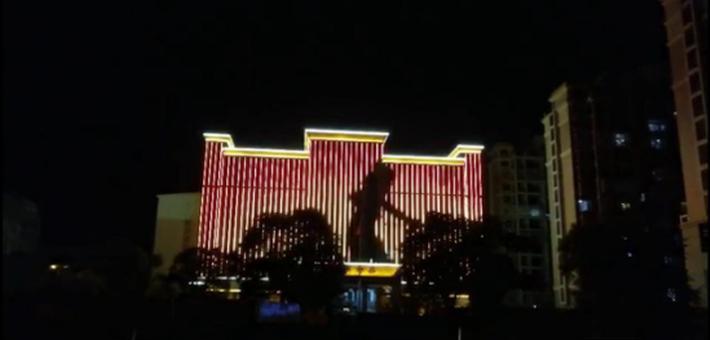检察院大楼夜景灯光现女子跳舞似KTV