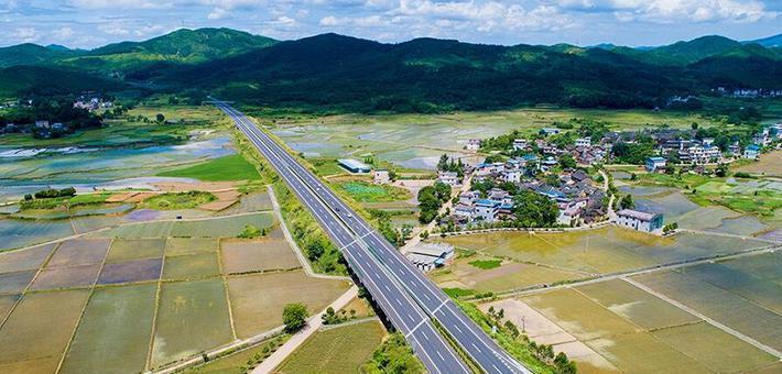 湖南桂阳:车在高速跑 人在画中游