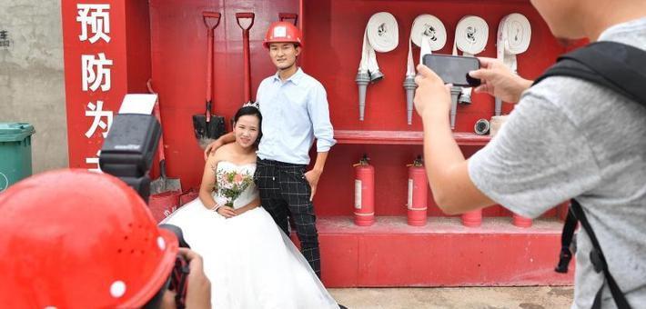 别样七夕:建设工地里的婚纱照
