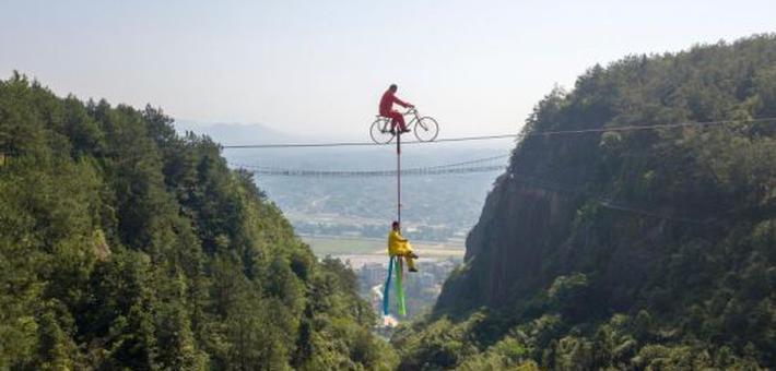 湖南平江上演高空飞车走钢丝挑战
