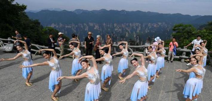 舞者张家界峰林之巅起舞