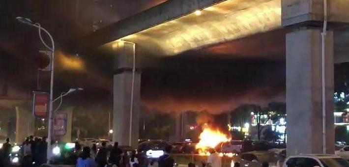 长沙万家丽高架桥下一小车自燃,四车受损