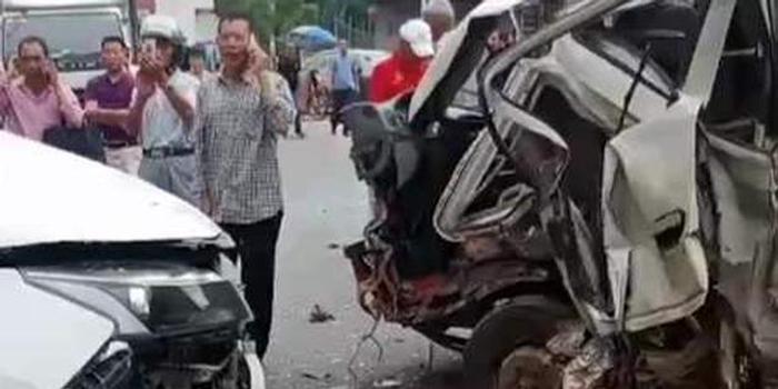 一轻型货车搭载20人发生交通事故