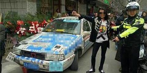 男子违规被查 当街给交警跳舞