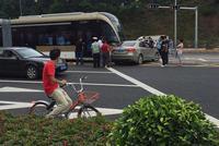 南京一名14岁男孩骑车撞伤昏迷 民警开车紧急送医