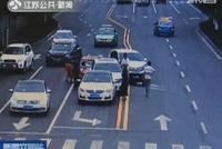 镇江发生一起4车连环相撞事故 因司机接电话