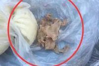 男子早饭遇到糟心事儿 肉包里吃出一团纸