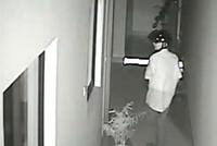 """工厂深夜惊现""""头盔男"""" 财务室保险柜9万多现金被盗"""