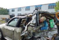 """宝马高速上抛锚后""""不设防"""" 被货车撞击致1死2伤"""