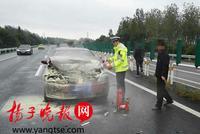 南京两车辆追尾雨中起火 交警奋不顾身扑灭