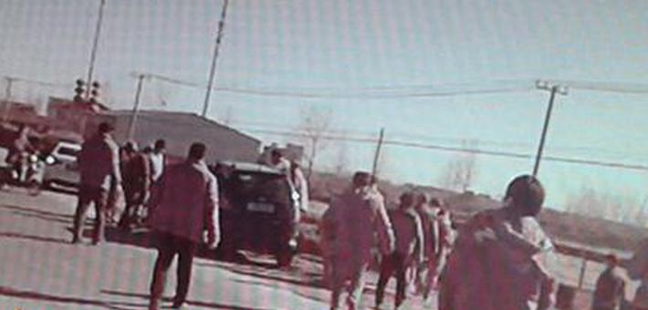警民合力与死神赛跑30秒抬车救人