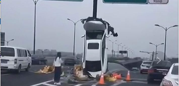 """轿车撞上路牌""""倒立"""""""