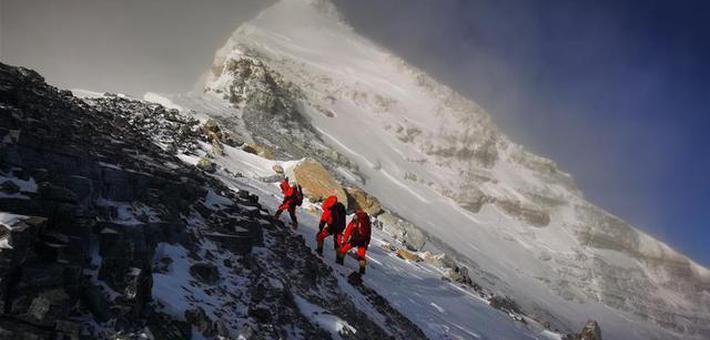 珠峰高程测量登山队站上喜马拉雅之巅