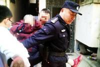 老人误吞120颗药丸,民警背起老人送医院