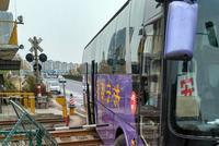 大客车撞上铁道护栏,疑为避让对面车所致