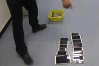 小偷跳窗被隔壁老板抓住 口袋竟塞了14部手机