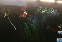 南京消防战士寒夜下水救人 群众送上阵阵掌声:辛苦了!