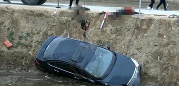 盐城一轿车失控下河 两人身亡