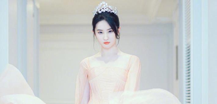 刘亦菲身穿粉色丝裙头戴皇冠