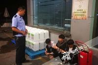 盗贼凌晨冲进加油站求助 员工拖延报警将其抓住