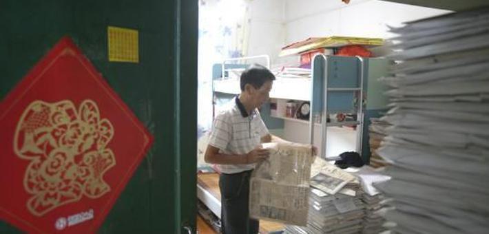 八旬老人20余年收藏逾15万份报纸