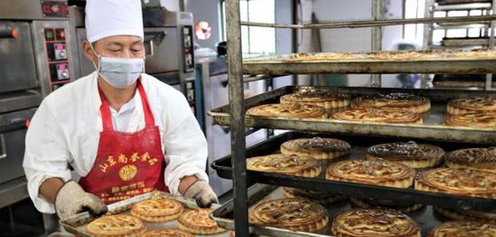 鄱阳:中秋传统月饼俏销