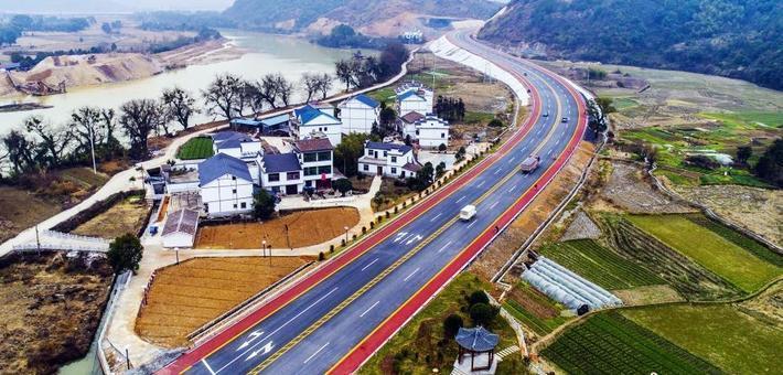 航拍铅山首条彩色公路 穿行秀美乡村